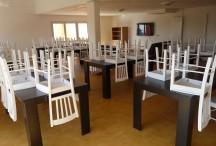 L'espace restauration du gîte de groupe offre un vaste espace pour prendre les repas