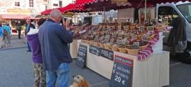 Le marché du mercredi à Coucouron, un des rendez-vous de l'été sur le plateau