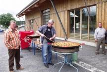Didier Borel, en pleine préparation de la paëlla