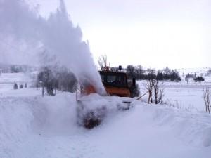 La grande quantité de neige, tombée en peu de temps et entassée par les vents violents, a obligé le recours à la fraiseuse.