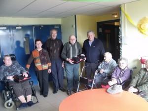 Le maire accompagné de Bernadette et Albert Enjolras remettent les colis de Noël aux doyens de la Maison de Retraite