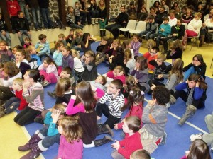 Les enfants réunis à l'occasion de l'arbre de Noël