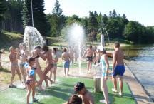 La plage du lac de Coucouron est dotée d'un espace de jeux pour les enfants : jets d'eau, toboggan...